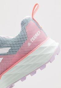adidas Performance - TERREX TWO GORE-TEX - Obuwie do biegania Szlak - ash grey/footwear white/glow pink - 5