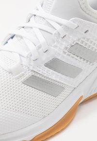 adidas Performance - COURT TEAM BOUNCE - Håndboldsko - footwear white/silver metallic - 5