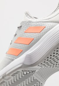 adidas Performance - GAMECOURT - Buty tenisowe uniwersalne - grey two/signal orange/grey three - 5