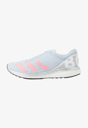 ADIZERO BOSTON 8  - Obuwie do biegania treningowe - sky tint/light fluo red/footwear white