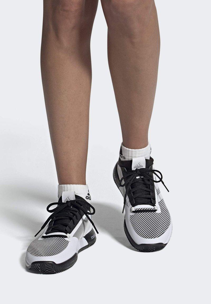 adidas Performance - DEFIANT BOUNCE 2.0 SHOES - Clay court tennissko - black