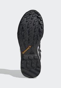 adidas Performance - TERREX SWIFT R2 MID GTX SHOES - Chaussures de marche - black - 5