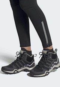 adidas Performance - TERREX SWIFT R2 MID GTX SHOES - Outdoorschoenen - black - 0