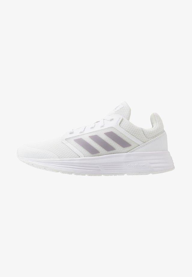 GALAXY 5 - Zapatillas de running neutras - footwear white/grey/core black