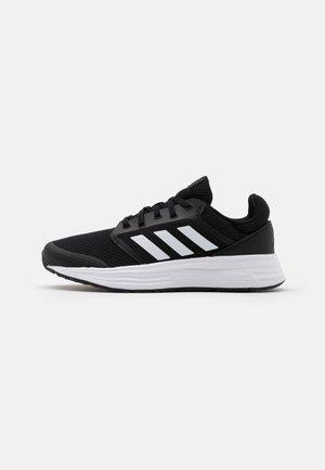 GALAXY 5 - Neutrální běžecké boty - core black/footwear white/grey six