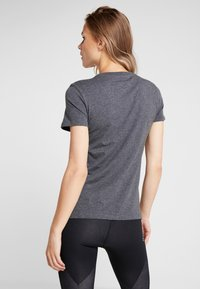 adidas Performance - LIN SLIM - T-shirt med print - dark grey heather
