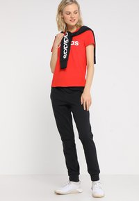 adidas Performance - LIN SLIM - T-shirts med print - actred/white - 1