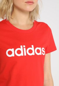 adidas Performance - LIN SLIM - T-shirts med print - actred/white - 4