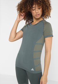 adidas Performance - ULTRA LIGHT - Print T-shirt - legend ivy/raw khaki - 0