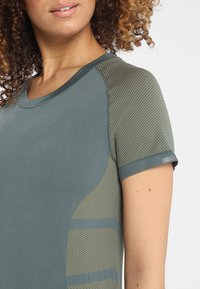 adidas Performance - ULTRA LIGHT - Print T-shirt - legend ivy/raw khaki - 5