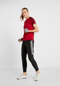 adidas Performance - 3S TEE - T-shirts med print - active maroon/black - 1