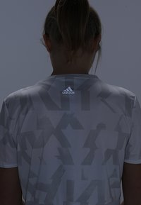 adidas Performance - OWN THE RUN TEE - T-shirt con stampa - white/greone - 4