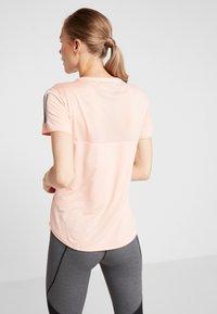 adidas Performance - THE RUN TEE - T-shirt med print - pink - 2