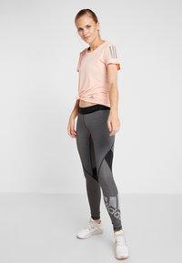 adidas Performance - THE RUN TEE - T-shirt med print - pink - 1