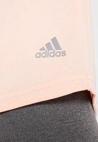 adidas Performance - THE RUN TEE - T-shirt med print - pink - 6