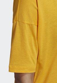 adidas Performance - MUST HAVES 3-STRIPES T-SHIRT - T-shirt imprimé - yellow - 5