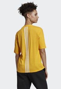 adidas Performance - MUST HAVES 3-STRIPES T-SHIRT - T-shirt imprimé - yellow - 1
