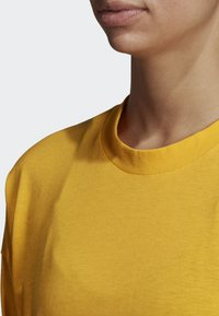adidas Performance - MUST HAVES 3-STRIPES T-SHIRT - T-shirt imprimé - yellow - 4