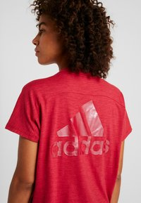 adidas Performance - ID WINN ATTEE - T-shirt con stampa - active maroon - 4