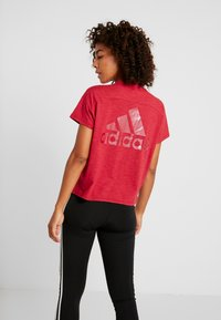 adidas Performance - ID WINN ATTEE - T-shirt con stampa - active maroon - 2