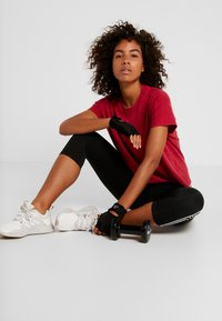 adidas Performance - ID WINN ATTEE - T-shirt con stampa - active maroon - 1