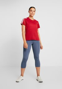 adidas Performance - T-shirts med print - active maroon - 1