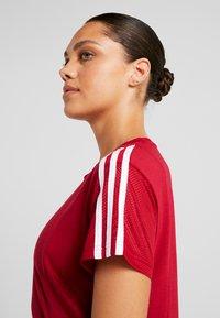 adidas Performance - T-shirts med print - active maroon - 3