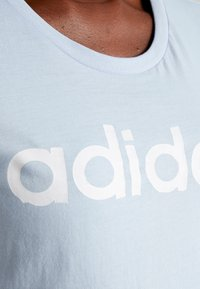 adidas Performance - LINEAR TEE  - T-shirts med print - glow blue/white - 5