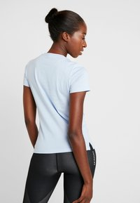 adidas Performance - LINEAR TEE  - T-shirts med print - glow blue/white - 2
