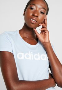 adidas Performance - LINEAR TEE  - T-shirts med print - glow blue/white - 3