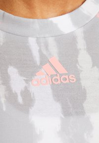 adidas Performance - TEE - T-shirts med print - white/medium grey/glow pink - 5