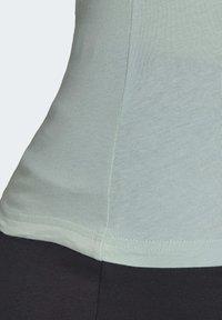 adidas Performance - ESSENTIALS LINEAR T-SHIRT - T-shirt z nadrukiem - green/white - 6