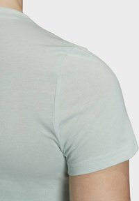 adidas Performance - ESSENTIALS LINEAR T-SHIRT - T-shirt z nadrukiem - green/white - 5