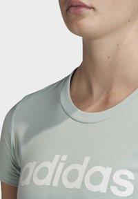 adidas Performance - ESSENTIALS LINEAR T-SHIRT - T-shirt z nadrukiem - green/white - 4
