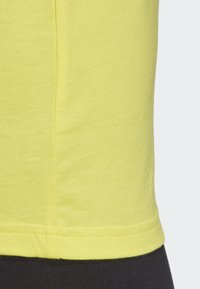 adidas Performance - MUST HAVES BADGE OF SPORT T-SHIRT - T-shirt con stampa - yellow - 6
