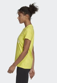 adidas Performance - MUST HAVES BADGE OF SPORT T-SHIRT - T-shirt con stampa - yellow - 3