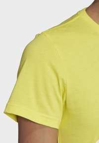 adidas Performance - MUST HAVES BADGE OF SPORT T-SHIRT - T-shirt con stampa - yellow - 5
