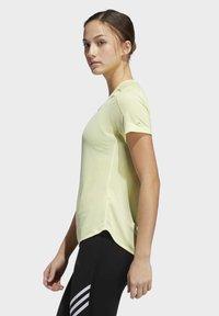 adidas Performance - RUN IT 3-STRIPES FAST T-SHIRT - T-shirt con stampa - yellow - 3