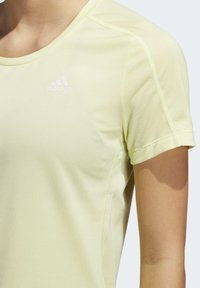 adidas Performance - RUN IT 3-STRIPES FAST T-SHIRT - T-shirt con stampa - yellow - 6