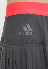 adidas Performance - SKIRT - Gonna sportivo - grey six/show red - 6