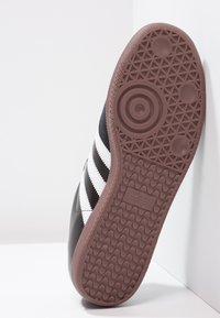 adidas Performance - SAMBA LEATHER FOOTBALL SHOES INDOOR - Zapatillas - black/run white - 4