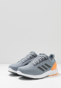adidas Performance - COSMIC 2 - Chaussures de running neutres - grey/grey five/flash orange