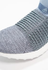 adidas Performance - ULTRABOOST LACELESS PARLEY - Laufschuh Neutral - raw grey/carbon/blue - 5