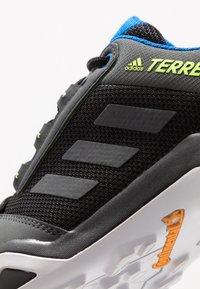 adidas Performance - TERREX AX3 GTX - Zapatillas de senderismo - core black/dough solid grey/signal green - 5