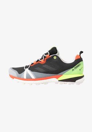 TERREX SKYCHASER LT GORE-TEX - Zapatillas de trail running - grey six/dash grey/signal green