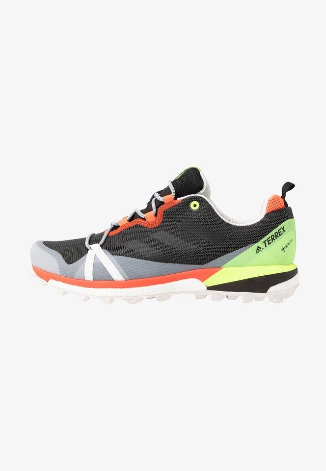 TERREX SKYCHASER LT GORE-TEX - Trail running shoes - grey six/dash grey/signal green
