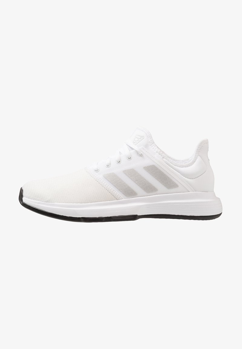 adidas Performance - GAMECOURT - Tennissko til grusbane - footwear white/metallic silver/core black