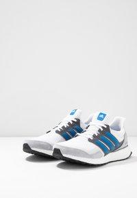 adidas Performance - ULTRABOOST S&L SHOES - Obuwie do biegania treningowe - footwear white/true blue/grey one - 2
