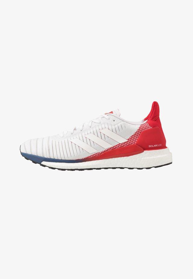 SOLAR GLIDE 19 - Zapatillas de running neutras - footwear white/scarlet
