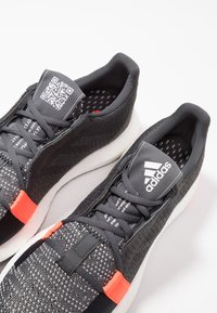 adidas Performance - SENSEBOOST GO - Hardloopschoenen neutraal - grey six/core black/solar red - 5